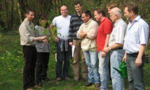 Dr. Feichtner, Leiter der Jagdschule, gibt parktischen Unterricht
