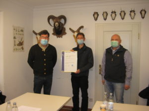 Ulrich Seisler (QM Beratung), Dr Bernhard Feichtner,(Schulleitung) Norbert Uttner (DQS Auditor) bei der Übergabe der Zertifizierungsurkunde